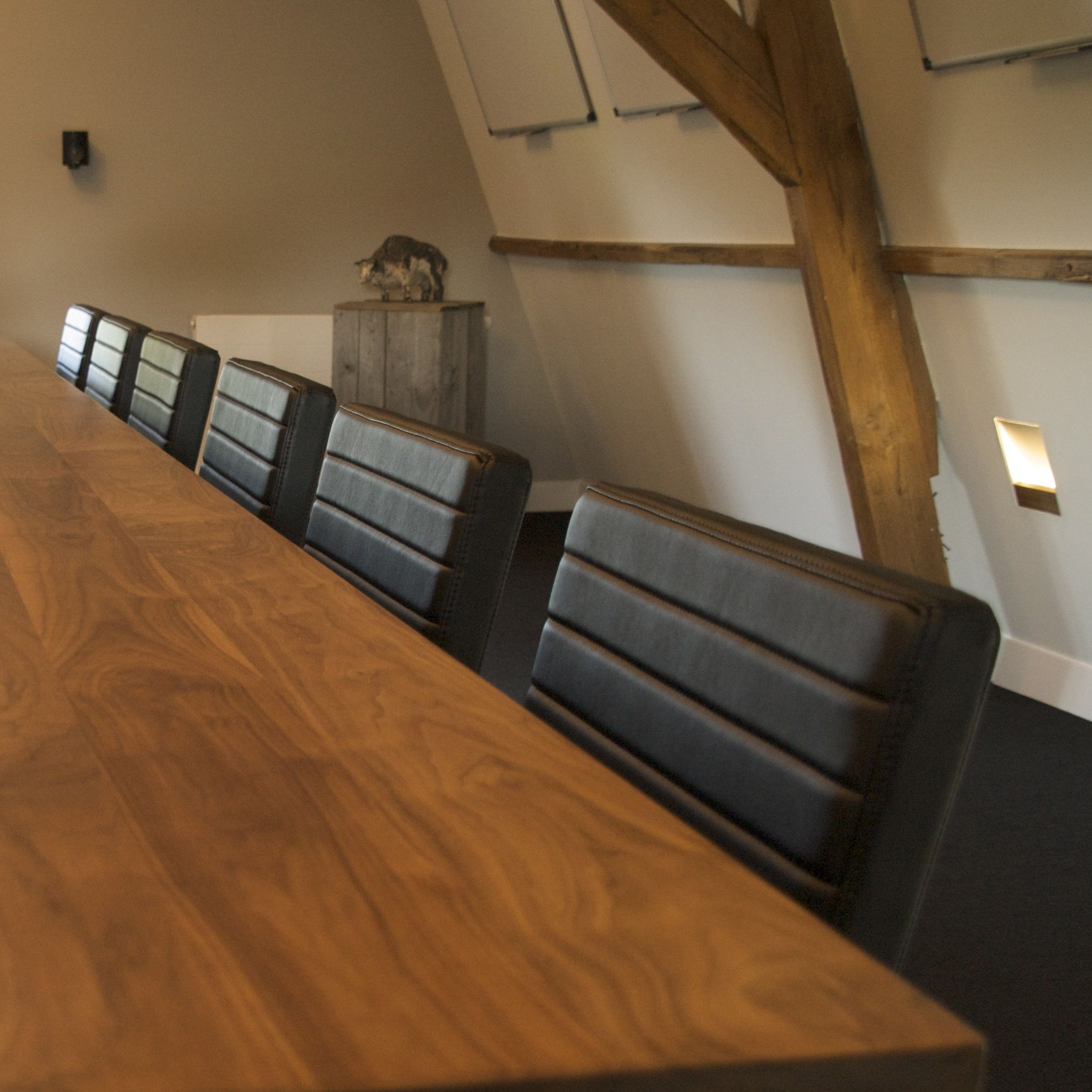 De vergadertafel bij vergaderlocatie Onder den Peerenboom biedt plaats aan max 14 personen
